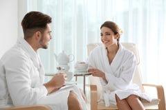 Romantisch jong paar met thee stock foto's