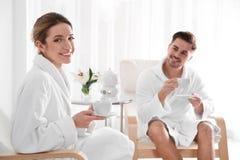 Romantisch jong paar met thee stock afbeeldingen