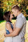 Romantisch jong paar onder boom Royalty-vrije Stock Foto