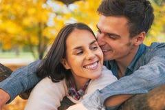 Romantisch jong paar in openlucht in de herfst Royalty-vrije Stock Afbeeldingen