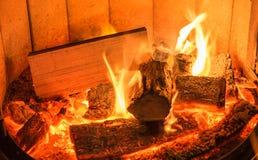 Romantisch kampvuur in een brandhoutoven royalty-vrije stock afbeeldingen