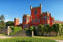 Romantisch kasteel met rode voorgevel Royalty-vrije Stock Foto
