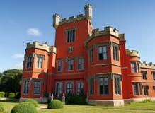 Romantisch kasteel met rode voorgevel Stock Afbeelding