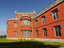 Romantisch kasteel met rode voorgevel Royalty-vrije Stock Afbeeldingen