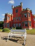 Romantisch kasteel met rode voorgevel Stock Fotografie