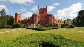 Romantisch kasteel met rode voorgevel Royalty-vrije Stock Afbeelding