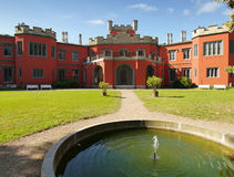 Romantisch kasteel met rode voorgevel Royalty-vrije Stock Fotografie