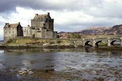 Romantisch kasteel onder stormachtige hemel Stock Afbeelding