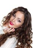 Romantisch Krullend Donkerbruin Meisje in Witte Warme Sweater - Opgetogenheid royalty-vrije stock afbeelding