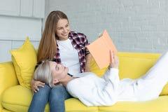 Romantisch lesbisch paar die van tijd samen thuis genieten stock foto