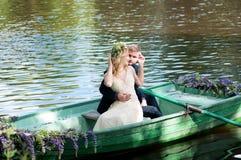 Romantisch liefdeverhaal in boot Vrouw met kroon en witte kleding Europese traditie royalty-vrije stock foto's
