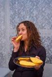 Romantisch meisje dat kaassandwich eet Royalty-vrije Stock Foto's