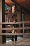 Romantisch meisje in een sweater op de portiek Royalty-vrije Stock Afbeelding