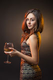 Romantisch meisje in kleding met glas wijn Stock Foto's