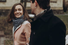 Romantisch modieus paar die en in de herfstpark lopen lachen Mens Royalty-vrije Stock Afbeelding
