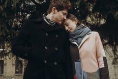 Romantisch modieus paar die zacht in de herfstpark koesteren mens en w Royalty-vrije Stock Fotografie