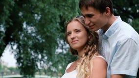 Romantisch ogenblik voor jong attracive paar die elkaar en wat betreft met hun gezichten koesteren Sluit omhoog stock footage