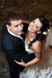 Romantisch omhels bruid en bruidegom in huwelijksdans Royalty-vrije Stock Afbeeldingen