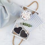 Romantisch ontbijt in bed Het concept van de valentijnskaart royalty-vrije stock fotografie