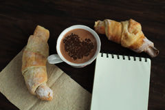 Romantisch ontbijt - heerlijke verse croissants, cacao Stock Fotografie
