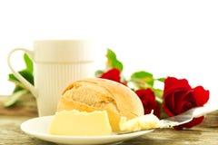 Romantisch ontbijt met bloemen Stock Afbeelding