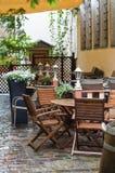 Romantisch openluchtterras op binnenplaats met bloemen en lantaarns Stock Foto's