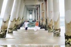Romantisch ouder rijp man & vrouwenpaar onbezorgd op de tijd van de strandzomer Stock Fotografie