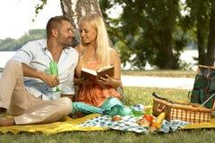 Romantisch paar bij de picknick van de huwelijksverjaardag Stock Foto's