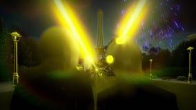 Romantisch paar bij de Toren van Eiffel in Parijs met prachtige vuurwerkvertoning stock footage