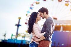 Romantisch paar bij pretpark royalty-vrije stock afbeelding
