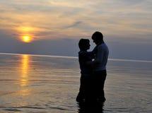 Romantisch paar bij zonsondergang