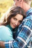 Romantisch Paar dat door het Bos van de Herfst omhelst Royalty-vrije Stock Foto's
