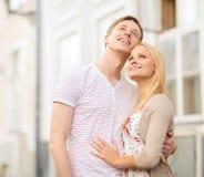 Romantisch paar in de stad die omhoog kijken Stock Foto's