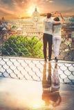 Romantisch paar in de stad van Rome, Italië het houden van verhouding Hartstocht en liefde royalty-vrije stock foto