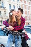 Romantisch paar in de straat Royalty-vrije Stock Afbeeldingen