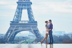 Romantisch paar dichtbij de toren van Eiffel in Parijs, Frankrijk Stock Afbeelding