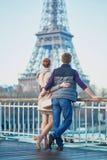 Romantisch paar dichtbij de toren van Eiffel in Parijs, Frankrijk Stock Foto's