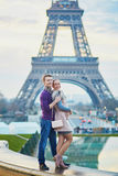Romantisch paar dichtbij de toren van Eiffel in Parijs, Frankrijk stock foto