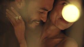Romantisch paar die bij een partij dansen stock video