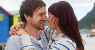 Romantisch paar die bij strand genieten van stock video