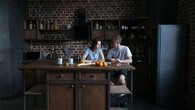 Romantisch paar die croissant in keuken delen stock video