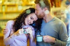Romantisch paar die datum in koffiewinkel hebben stock foto's