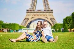 Romantisch paar die dichtbij de toren van Eiffel in Parijs hebben Stock Foto's