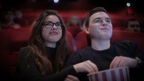 Romantisch Paar die een film waching bij bioskoop stock footage
