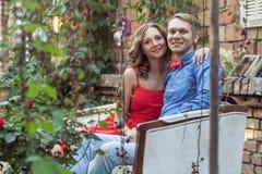 Romantisch paar die en camera met toothy glimlach koesteren bekijken royalty-vrije stock foto