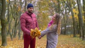 Romantisch paar die in liefde de herfst van dag genieten stock footage