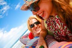 Romantisch paar die met gelukkige het glimlachen gezichten in kleurrijke uitrusting en zonnebril van vakantie op de zon genieten royalty-vrije stock foto's