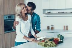 Romantisch paar die ontbijt samen in keuken voorbereiden stock fotografie