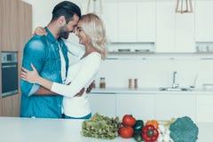 Romantisch paar die ontbijt samen in keuken voorbereiden stock afbeelding