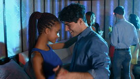 Romantisch paar die op de vloer dansen stock video